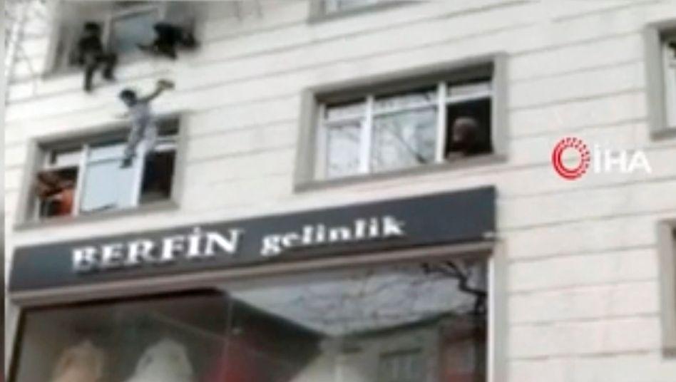 Mutter wirft ihre Kinder aus dem Fenster (Videostandbild)