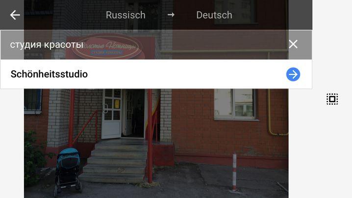 """Russischer Friseursalon: Die App übersetzt das Schild - """"Schönheitsstudio"""" klingt beruhigend."""
