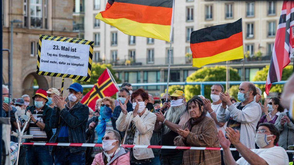 """Pegida-Demonstranten am Montag in Dresden: Immer gegen """"die da oben"""""""