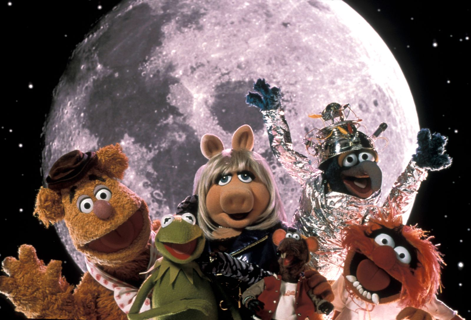 """""""Muppets from Space"""" Fozzie Bear, Kermit the Frog, Miss Piggy, Rizzo the Rat, Gonzo, Animal © 1999 Columbia Pictures Photo by Nels Israelson"""