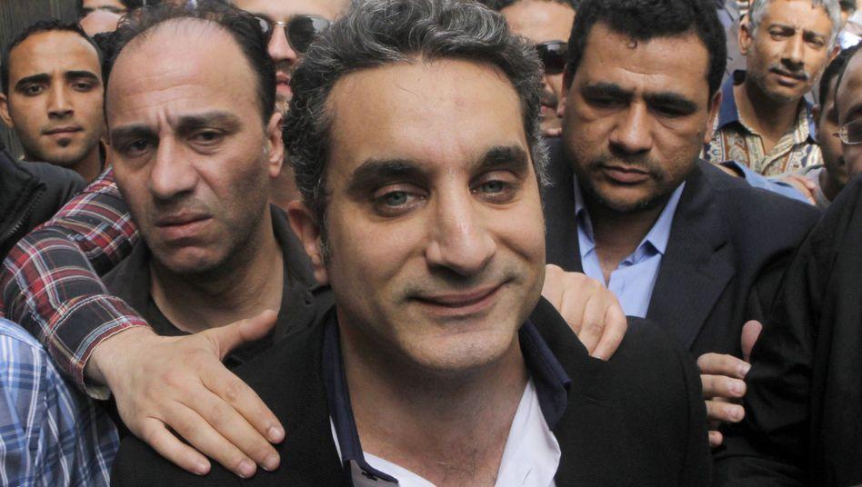 Bodyguards beschützen den ägyptischen Satiriker Bassem Youssef