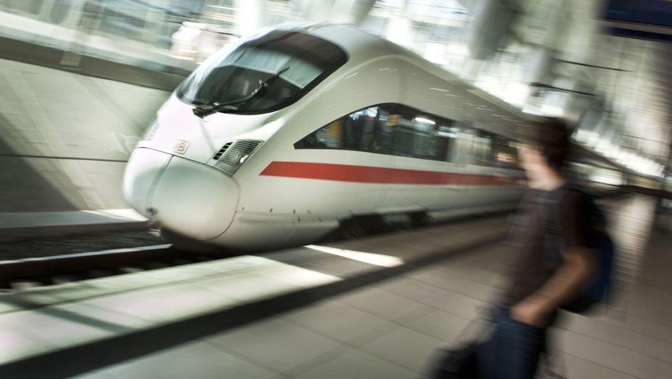 ICE am Bahnhof Frankfurt-Flughafen (Archivbild): 200 Passagiere zu viel an Bord