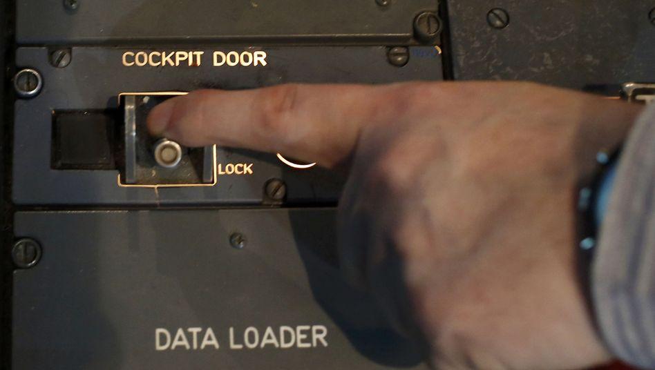 Schließvorrichtung der Cockpit-Tür: Die Technik genießt mehr Vertrauen als die Menschen