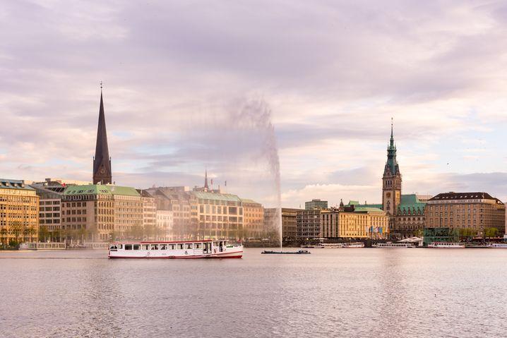 Hamburgs Binnenalster mit der Sankt-Petri-Kirche (l.) und dem Rathaus im Hintergrund
