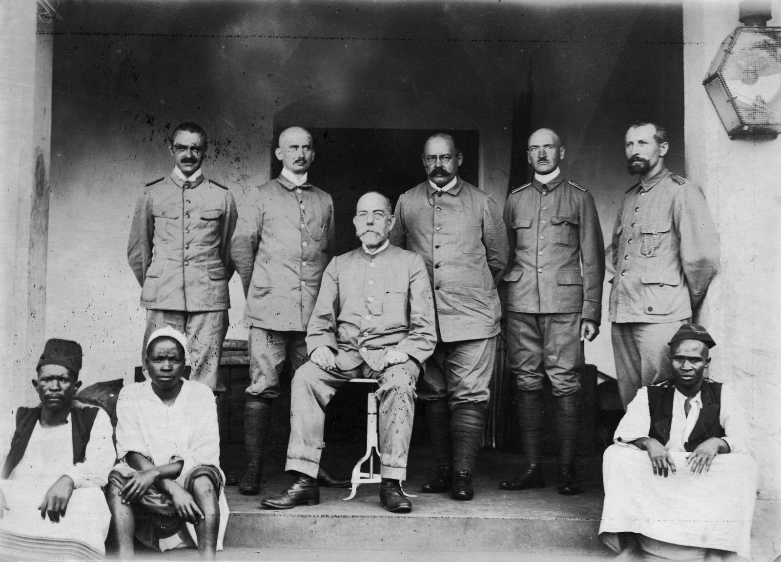 Robert Koch (Mitte, sitzend) und die Mitglieder der Expedition zur Untersuchung der Schlafkrankheit in Ostafrika