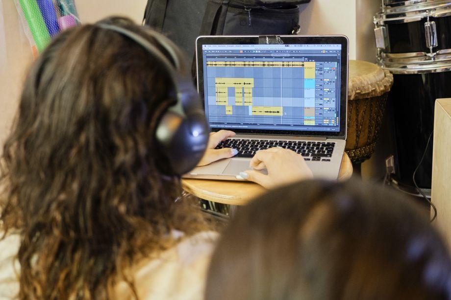 Nachdem Sarah ihren Text eingerappt hat, mischt Haszcara den Song am Laptop ab. Die obere Tonspur ist der Beat, dazu kommen mehrere Tonspuren mit Gesang.