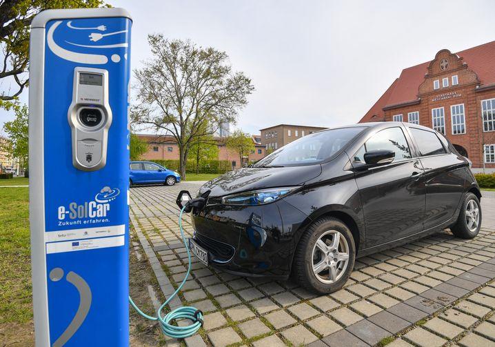 Elektroauto an einer Ladesäule in Cottbus (Archivbild)