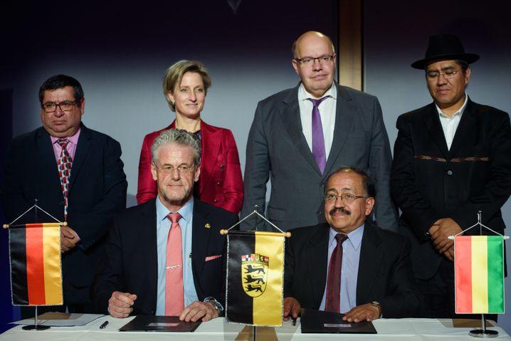 Vertragsunterzeichnung 2018 mit ACISA-Chef Schmutz (u.l.) und Wirtschaftsminister Altmaier (oben, 2.v.r.)