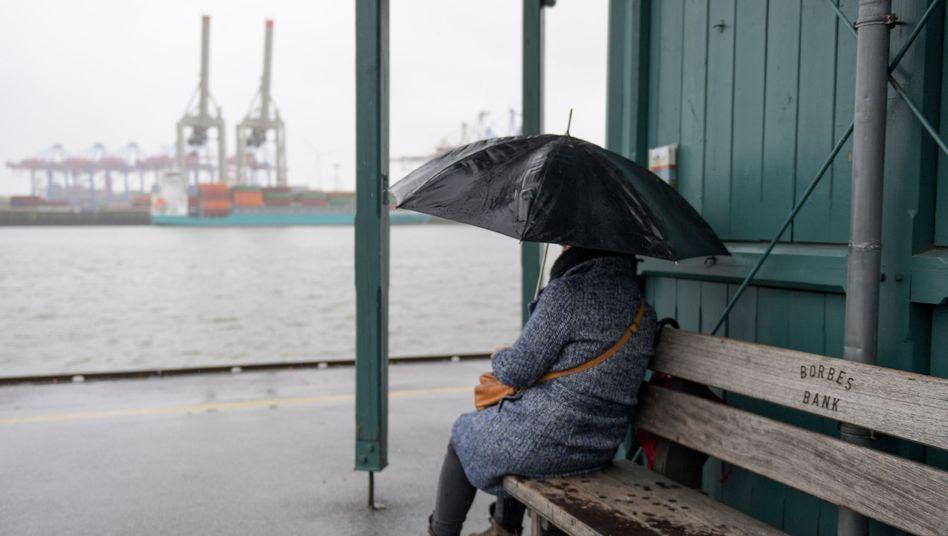 Eine Frau mit Regenschirm in Hamburg (Symbolbild)