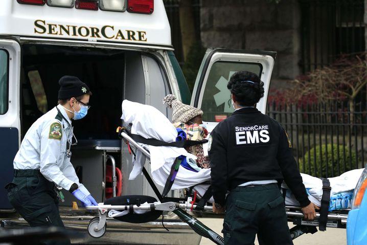 Mindestens 50 Tote: Ein Patient am Pflegeheim Cobble Hill Health Center in Brooklyn