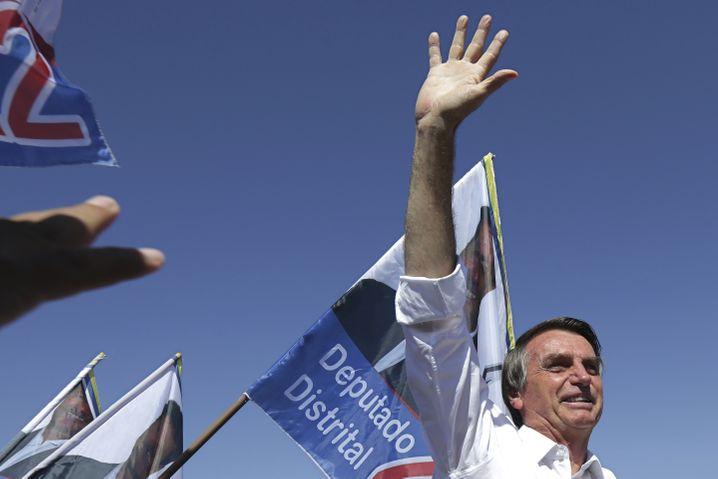 ARCHIV - 05.09.2018, Brasilien, Brasilia: Jair Bolsonaro, konservativer Präsidentschaftskandidat, winkt Anhängern zu bei einer Wahlveranstaltung. Vor der Präsidentenwahl in Brasilien legt der ultrarechte Ex-Militär Jair Bolsonaro in den Umfragen weiter zu. Foto: Eraldo Peres/AP/dpa +++ dpa-Bildfunk +++ |