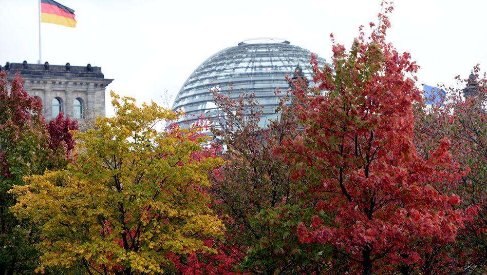 Herbst vor dem Reichstagsgebäude in Berlin