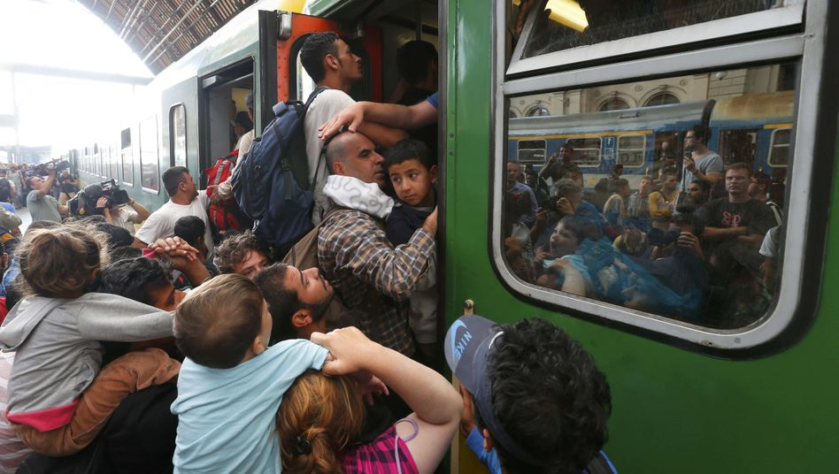 Flüchtlinge am Budapester Ostbahnhof: Verzweifelt versuchen sie, in einen Zug zu gelangen