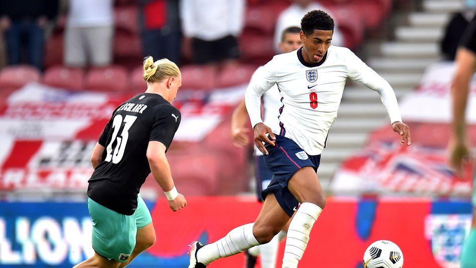 Jude Bellingham von Borussia Dortmund (r.) ist erst 17 Jahre alt, hat im englischen Team aber bereits Chancen auf die Startelf