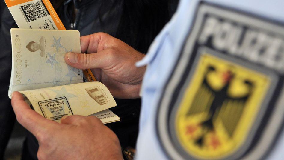 Passkontrolle in Frankfurt: Kommt ein elektronisches Einreiseregister?