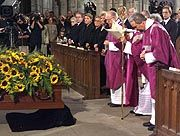 Ehrenbezeugung: Geistliche verneigen sich vor Millowitschs Sarg