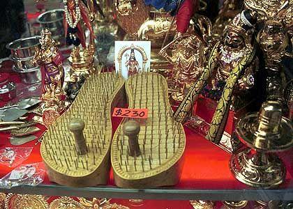 Thaipusam-Sandalen mit einem Nagelfußbett: Für 230 Singapur-Dollar (rund 105 Euro) in den Shops von Little India zu haben