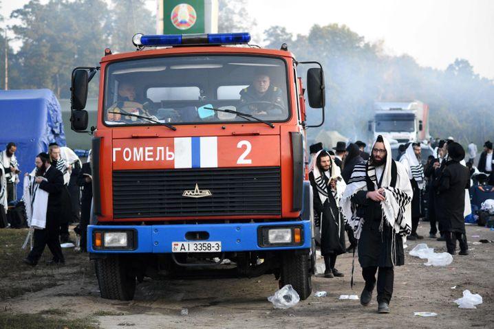 Kommen sie doch noch zum Grab von Rabbiner Nachman? Ultraorthodoxe Pilger im Grenzgebiet zwischen der Ukraine und Belarus