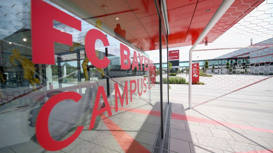 FC Bayern-Campus in München: Der Staatsschutz ermittelt gegen einen Jugendtrainer des Vereins