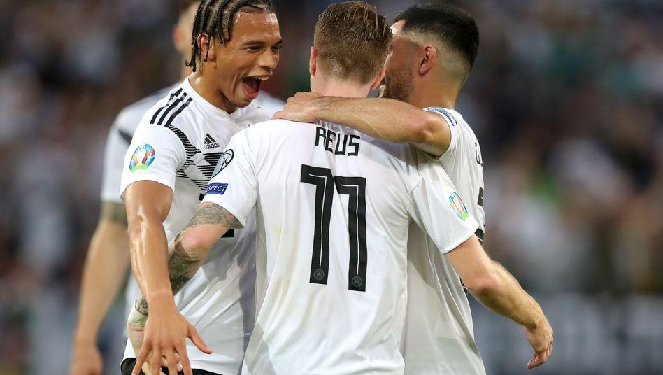 Leroy Sané, Ilkay Gündogan (r.) und Marco Reus bejubeln einen Treffer