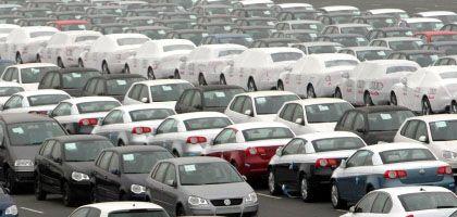 Autos des Herstellers Volkswagen auf einem Verladeparkplatz: Die Kfz-Steuer wird ab Juli 2009 etwas umweltfreundlicher