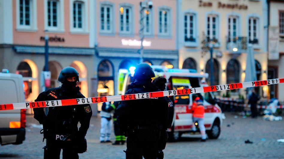 Polizisten sichern den Tatort in Trier