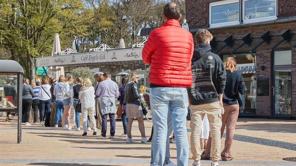Schlange vor einem Café in Schleswig-Holstein: Schaut her, ich bin geimpft