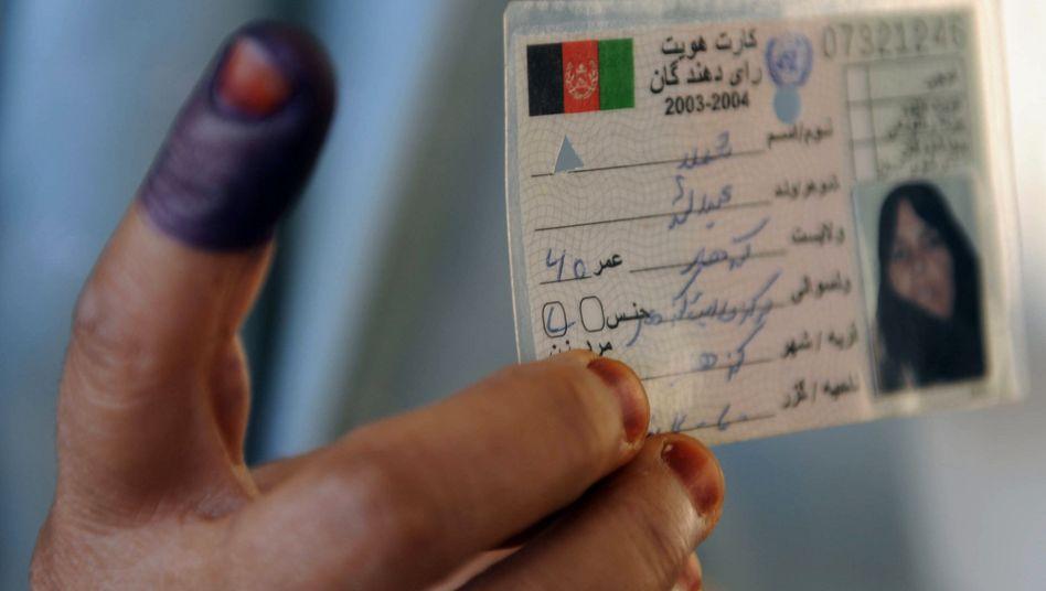 Gefährliches Zeichen: Um doppelte Stimmabgaben zu verhindern, wurde ein Finger der Wähler mit schwer abwaschbarer Tinte markiert. Die Taliban machten ihre Drohung wahr, Wählern ihre Finger abzuschneiden