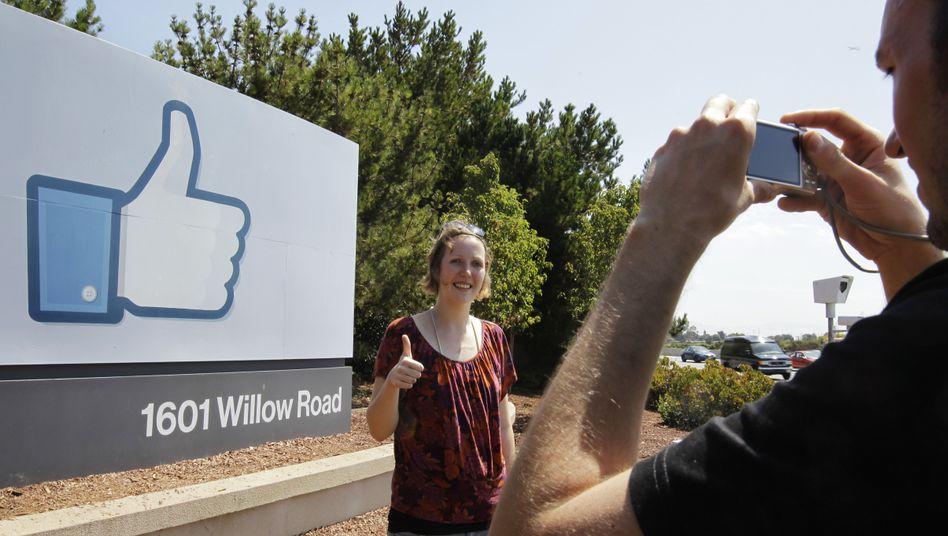 Deutsche Touristen vor der Facebook-Zentrale in Kalifornien: Alles top?