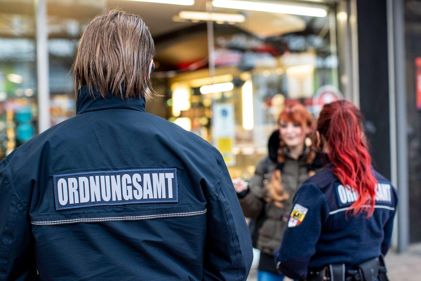 30.10.2020 , Duisburg , Ordnungsamt und Polizei in der Innenstadt auf Streife unterwegs , um die seit einer Woche gelte