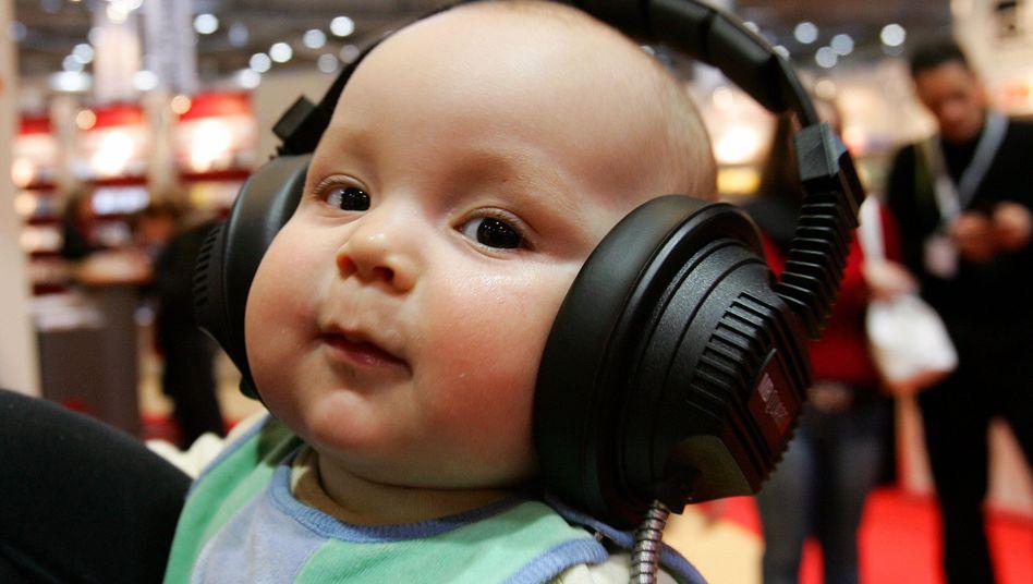 Kleinkind mit Kopfhörer: Bewegung war stärker, je klarer der Rhythmus war