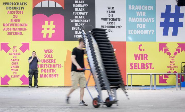 Veranstaltungshalle in Berlin-Kreuzberg mit neuesten FDP-Plakaten