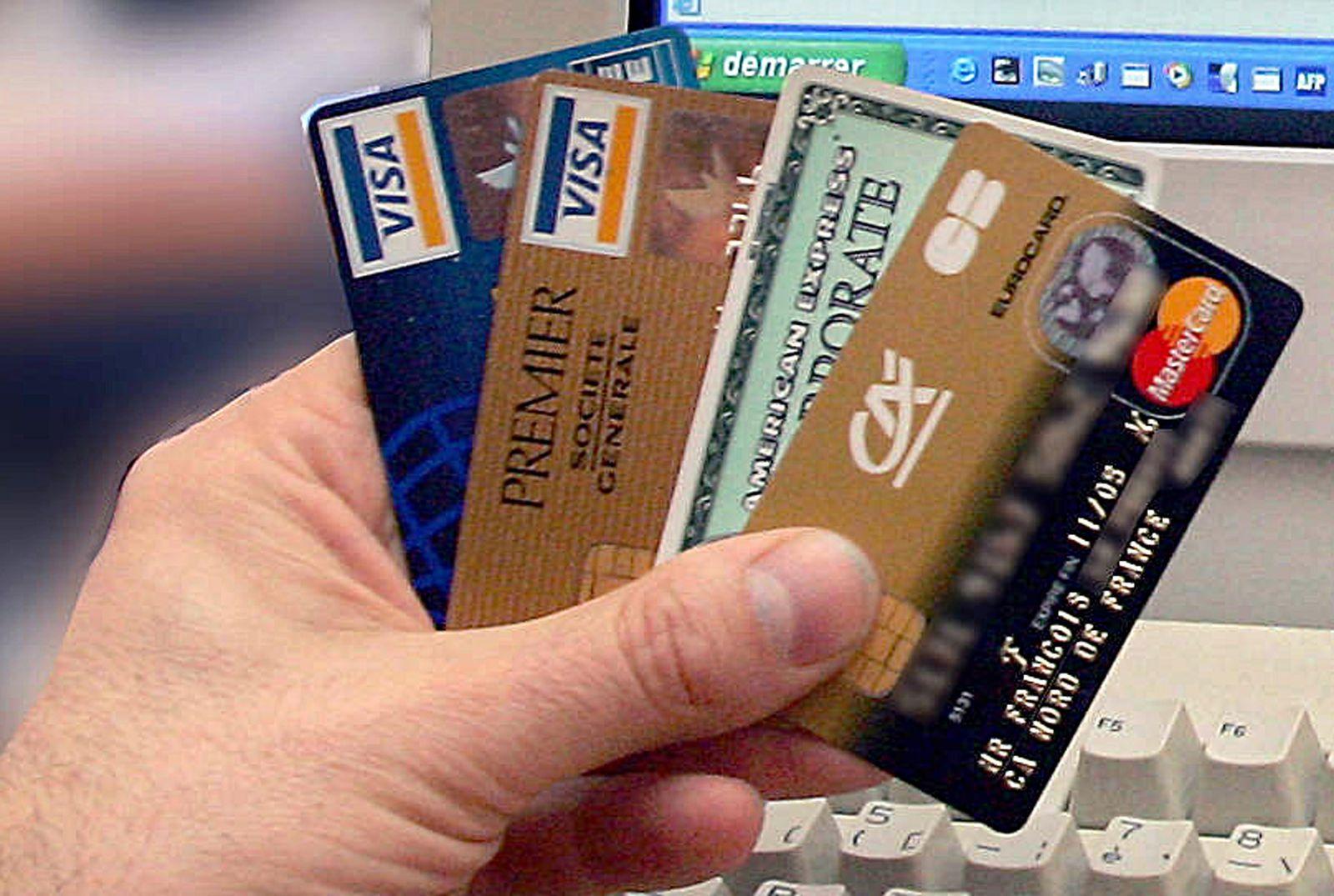 Kreditkarten vor PC-Tastatur