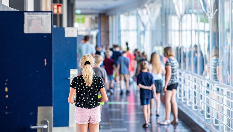 Schulkinder auf dem Flur einer Schule in Münster