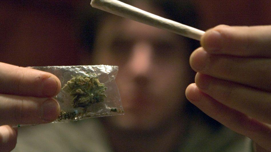 Mann mit Joint: Langjähriger Konsum von Cannabis verringert die geistigen Fähigkeiten