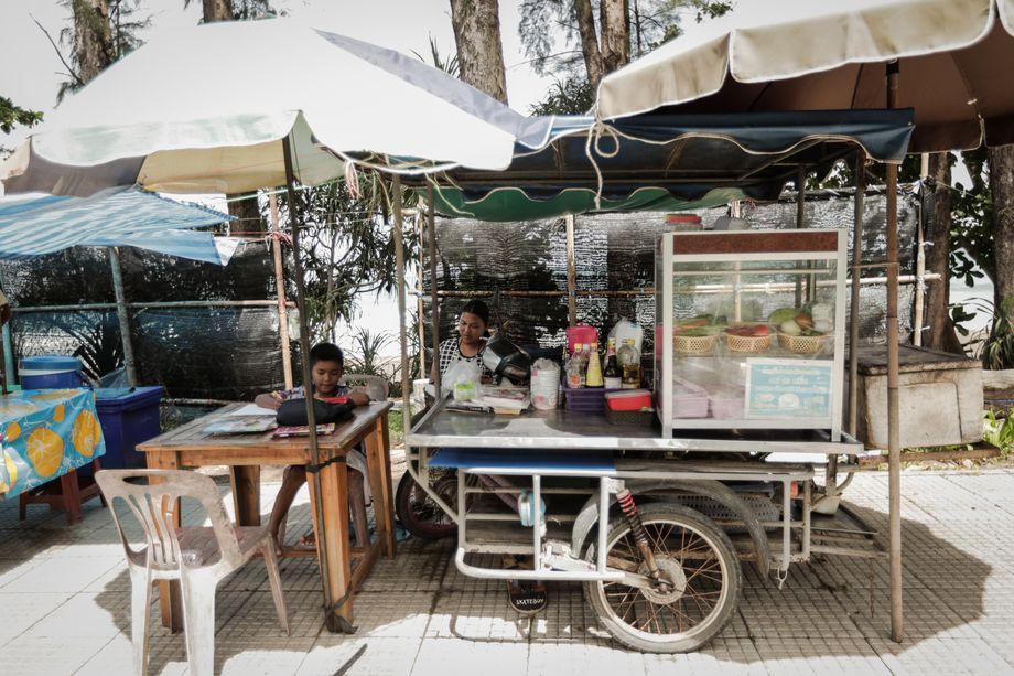 Gaeow verdiente ihr Geld vor der Krise mit Streetfood, vor allem Nudelsuppen, die sie auf ihrem Dreirad an Touristen verkaufte. Hier ist sie zu sehen mit ihrem kleinen Sohn Puum.