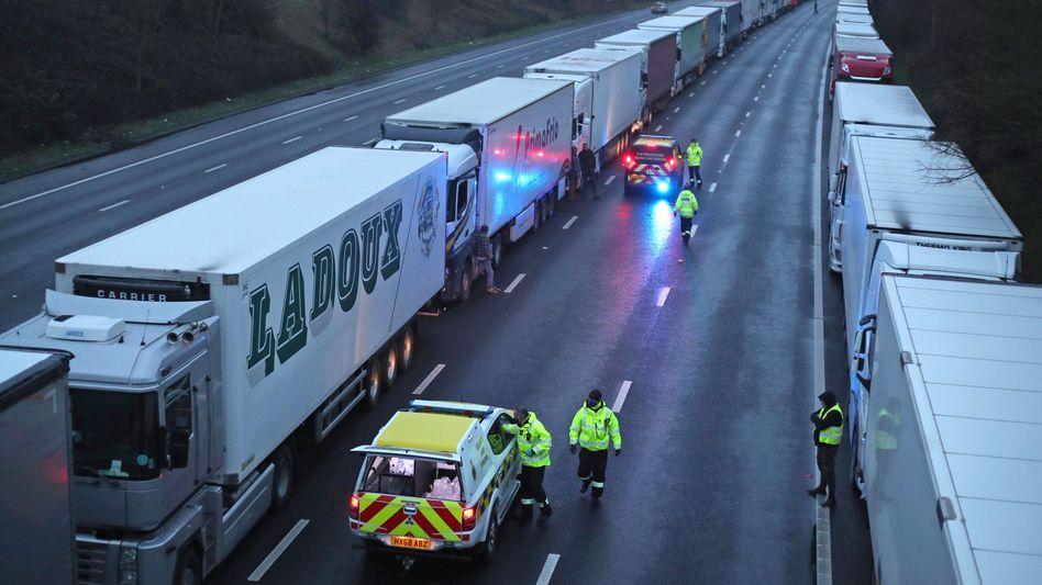 Lkw-Stau auf der M20 bei Dover: Die Küstenwache verteilt Wasserflaschen