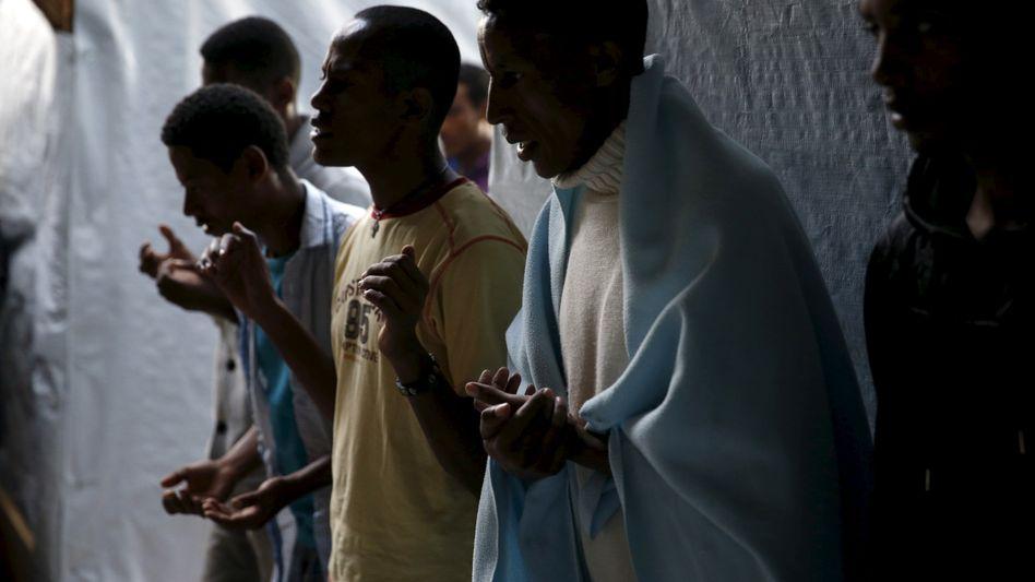 Christliche Migranten aus Eritrea und Äthiopien beten in einem französischen Flüchtlingscamp 2015