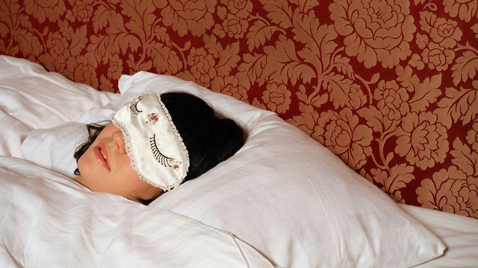 Schlafen mit Maske: Dunkelheit ist wichtig für gesunden Schlaf