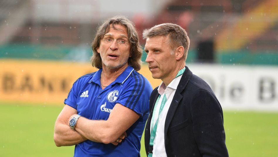Peter Knäbel (rechts) trägt nun die sportliche Gesamtverantwortung bei Schalke 04, U19-Cheftrainer Norbert Elgert (links) ist einer seiner Unterstützer