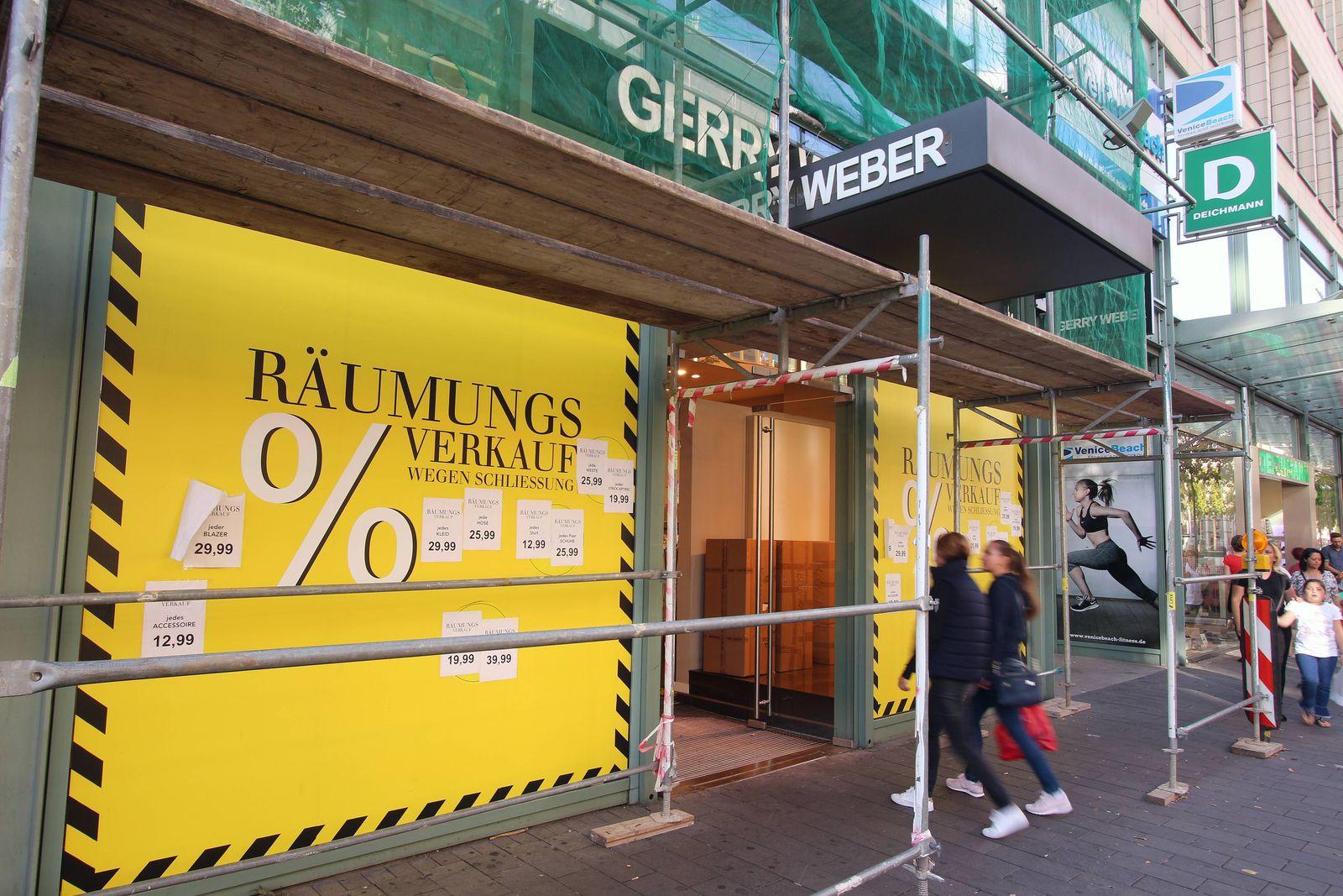 Räumungsverkauf wegen Schließung einer mit Baugerüst und Schutzplane versehenen Gerry Weber Filiale in der Innenstadt M