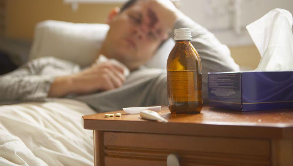 Kranker Mann: Die echte Grippe beginnt meist abrupt mit Kopf- und Gliederschmerzen oder Fieber