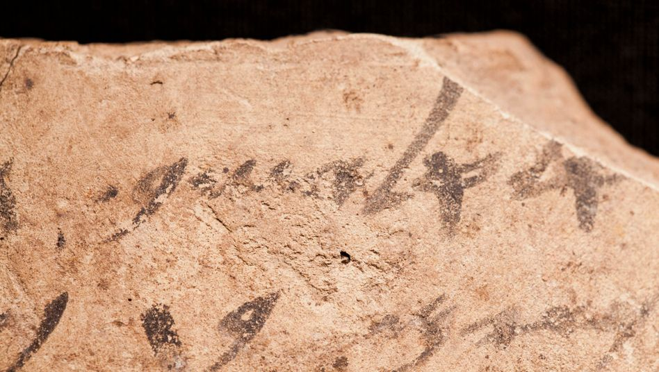 Beschriebene Scherben, sogenannte Ostraka, aus Tel Arad
