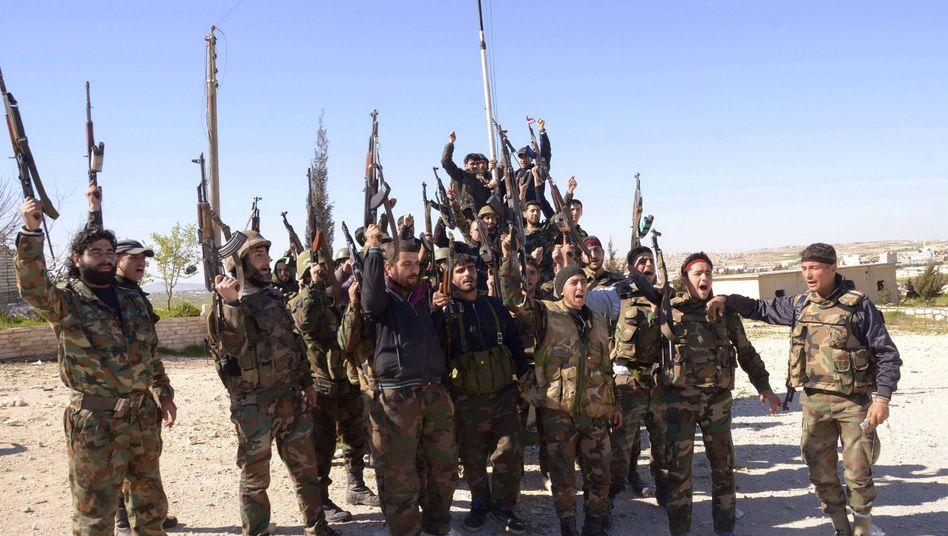 Assad-treue Kämpfer zeigen ihre Waffen in der Provinz Aleppo