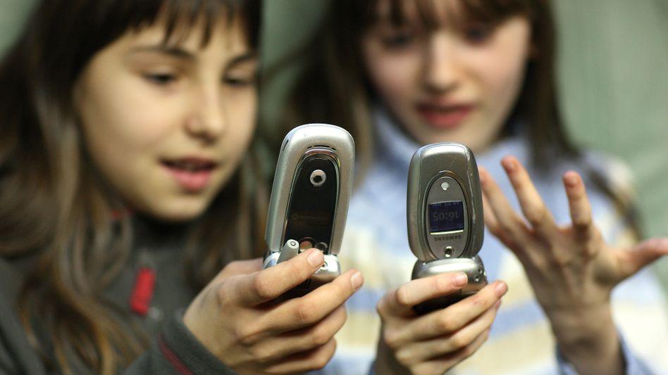 Kinder mit Handys: EU geht gegen Klingelton-Abzocker vor
