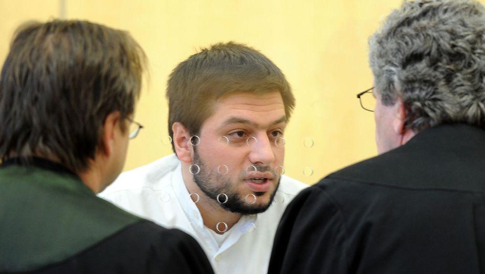 Attila Selek mit seinen Anwälten: seit vergangener Woche frei