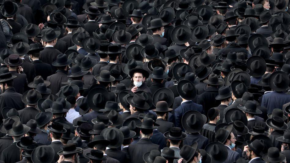 Scharen Gläubiger gedachten eines einflussreichen Rabbiners in Jerusalem – oft ohne Corona-Schutz