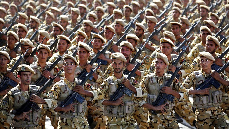 Iranische Soldaten: Alarmbereitschaft an der Grenze