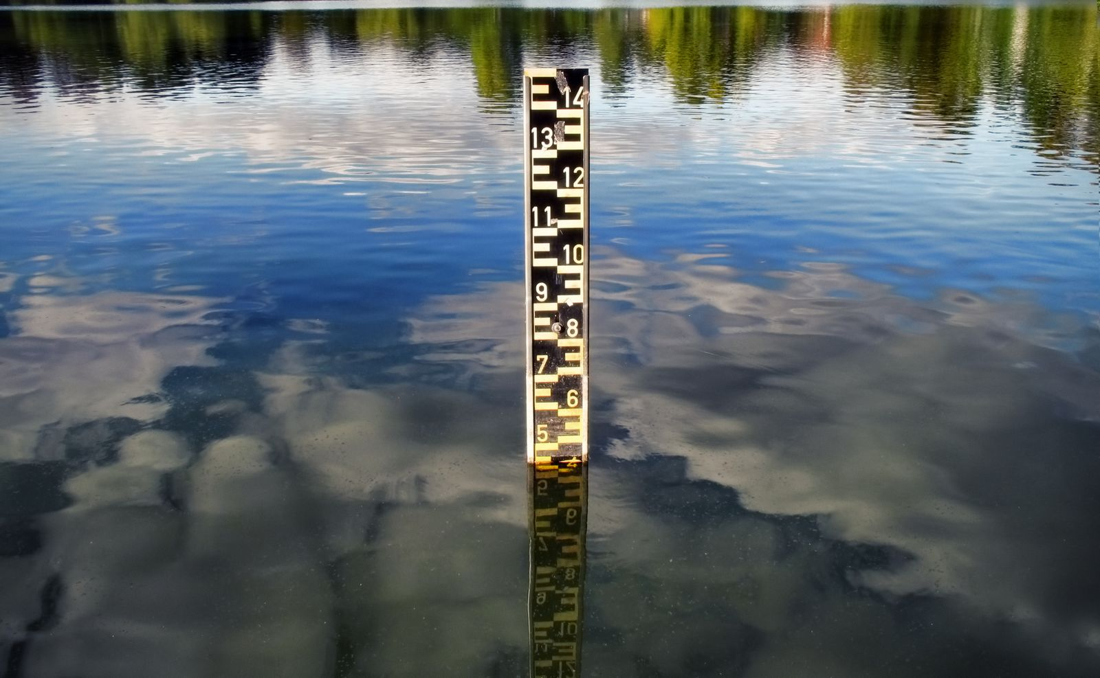 Scale indicating water level in a lake