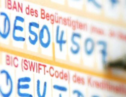 Internationaler Zahlungsverkehr:Wer Geld über Grenzen schicken will muss bei Überweisungen die FelderIBAN und BIC (SWIFT-Code) ausfüllen.